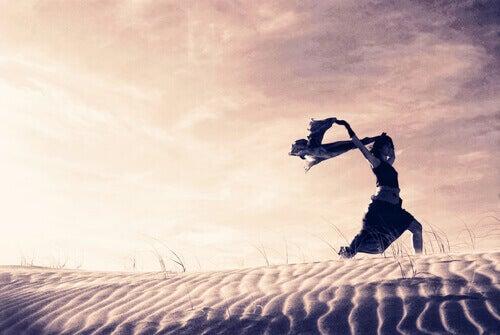 mujer-corriendo-por-el-desierto