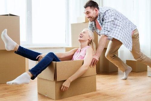 mujer-en-una-caja-empujada-por-su-novio