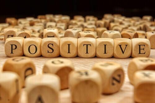 mot positif écrit sur dés
