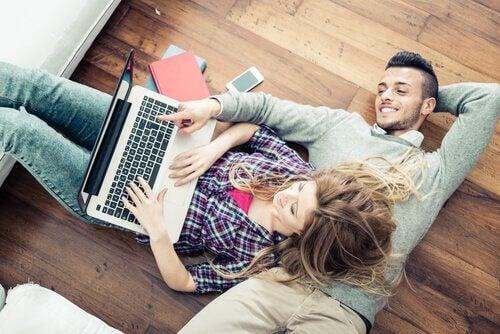 pareja-con-confianza-sentados-en-el-suelo-hablando