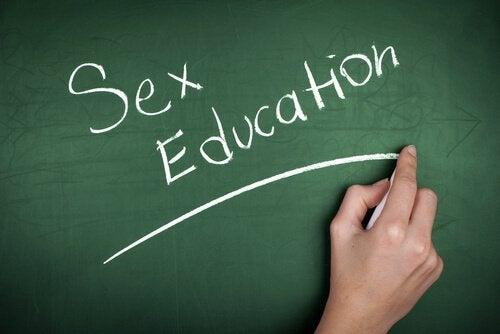 pizarra-con-las-palabras-educacion-sexual