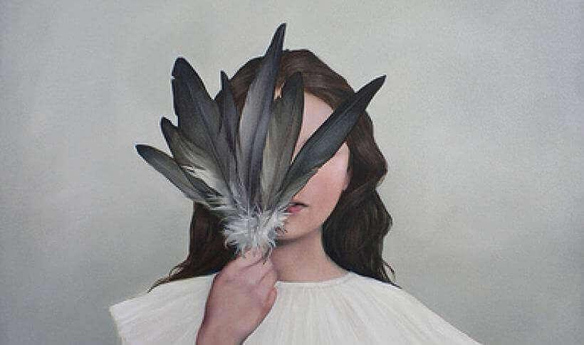 chica-tapandose-la-cara-con-unas-plumas