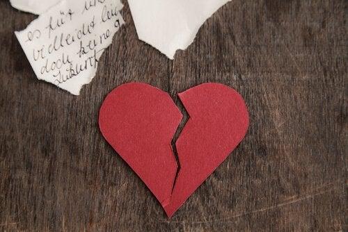 coeur-brise-sur-table-en-bois
