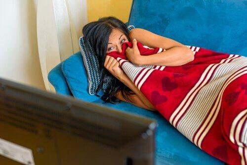 femme-allongee-dans-la-canape