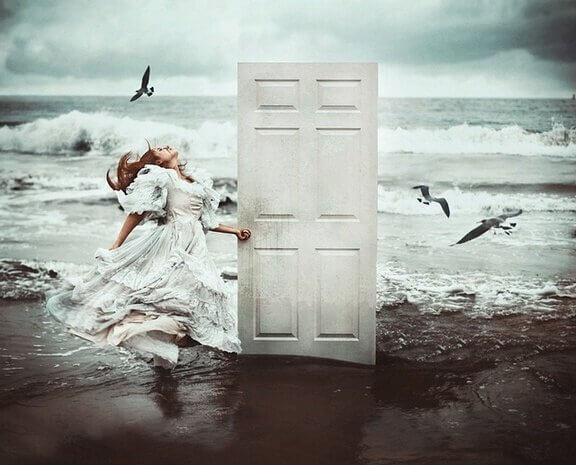 fille-sur-la-plage-ouvrant-une-porte
