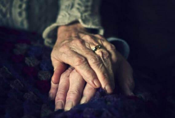 main-vieillesse