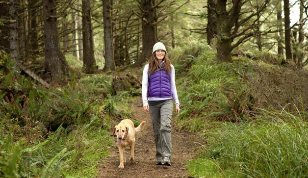 mujer-caminando-con-perro