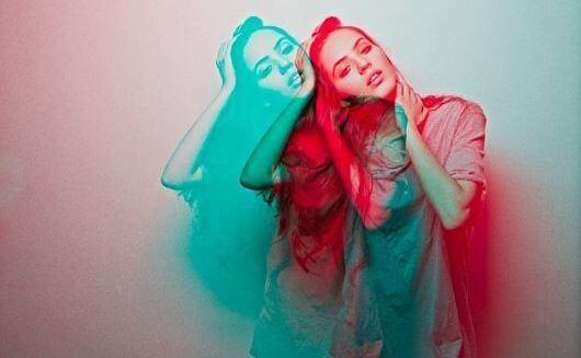 mujer-en-rojo-y-azul