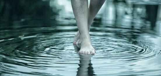 pies-andando-en-el-agua-e1456594757308