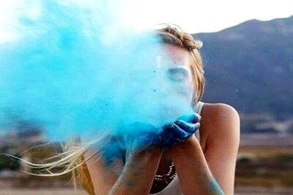fille-soufflant-du-sable-bleu