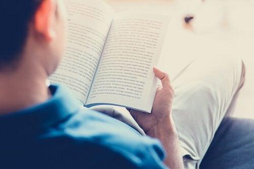 hombre-leyendo-libro-en-el-sofa