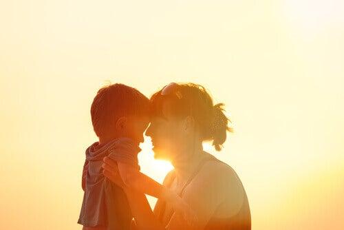 madre-con-su-hijo-en-brazos