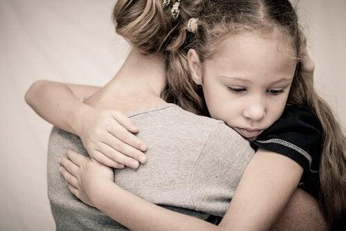 madre-e-hija-abrazadas