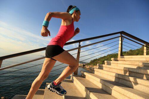 mujer-subiendo-una-escalera