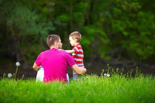 padre-hablando-con-su-hijo-en-el-cesped