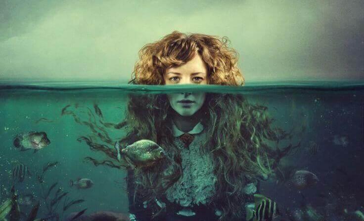 mujer-bajo-el-agua