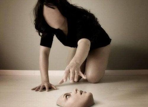 mujer-cogiendo-su-rostro