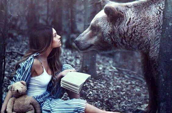 mujer-con-oso