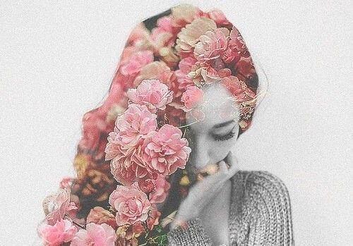 mujer-flores-en-el-pelo