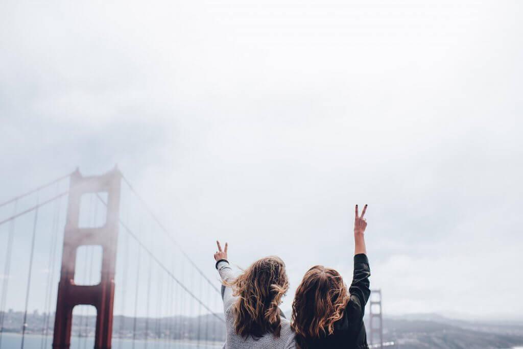 amies-sur-un-pont