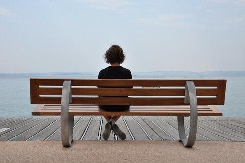 chica-adolescente-sentada-en-un-banco
