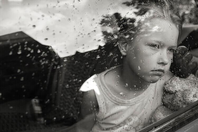enfant-derriere-une-vitre