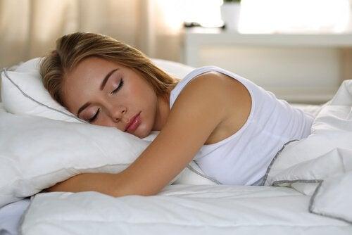 femme-dormant-seule-dans-le-lit