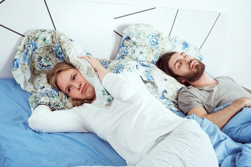 femme-eveillee-dans-le-lit