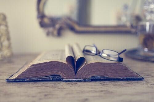 libro-abierto-con-gafas