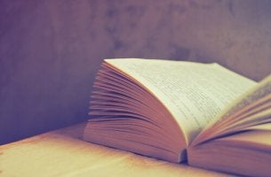libro-abierto-encima-de-una-mesa