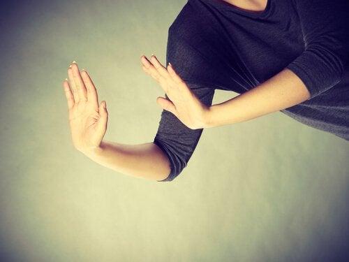 manos-de-mujer-evitando