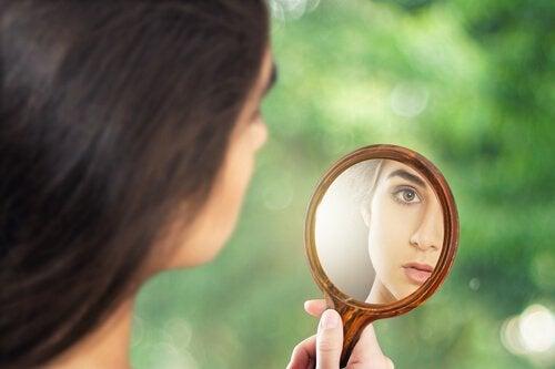 mujer-mirandose-a-un-espejo