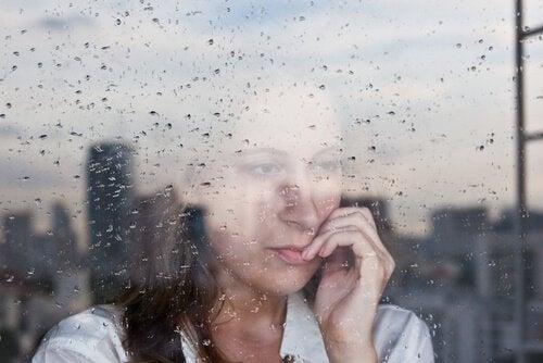 mujer-mirando-por-la-ventana-con-lluvia