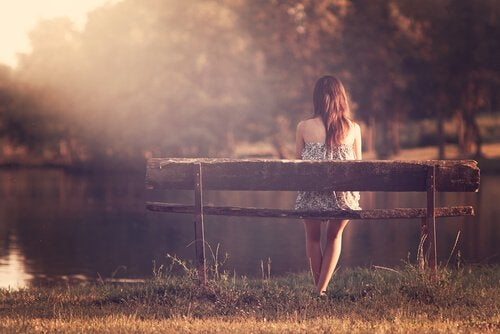 mujer-soltera-sentada-en-un-banco