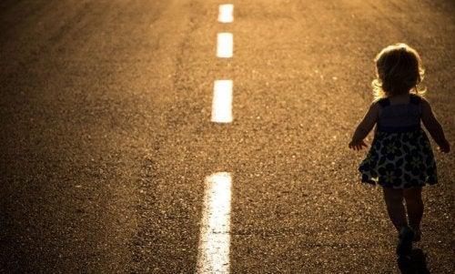 nina-andando-por-la-carretera-768x463