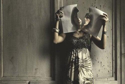mujer-cortando-papel