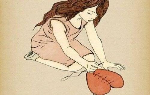 mujer-cosiendo-corazon