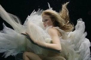 mujer-debajo-del-agua