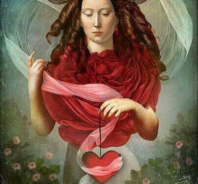 mujer-sosteniendo-un-corazon
