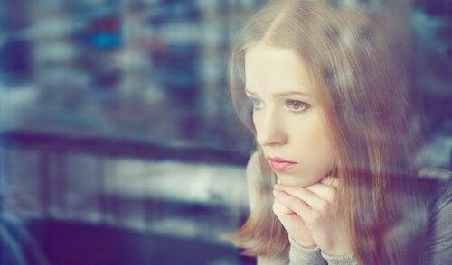 mujer-pensando-mirando-por-la-ventana