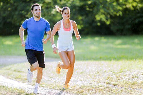 pareja-corriendo-junta-en-el-campo