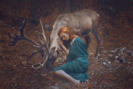 chica-abrazada-a-un-ciervo