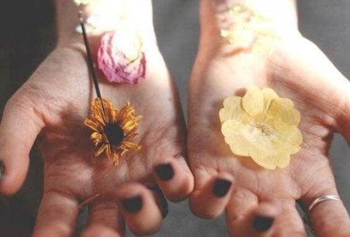 manos-con-flores-1