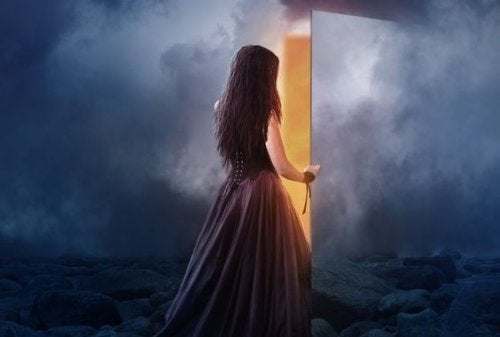 mujer-abriendo-puerta