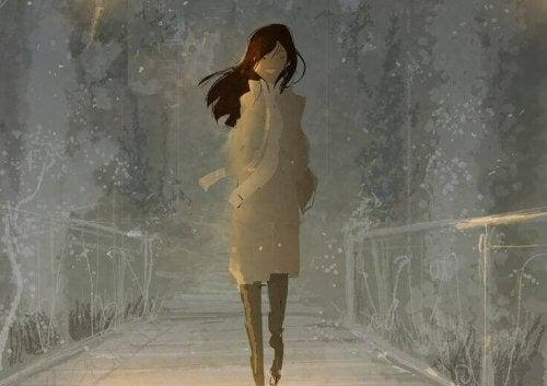 mujer-andando-feliz-por-recordar-el-amor