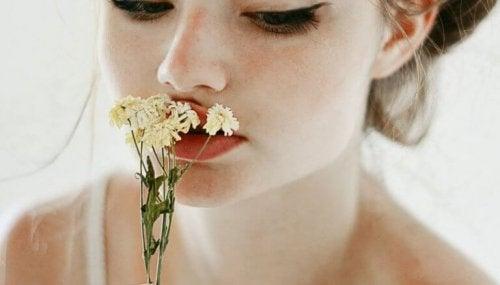 mujer-con-flor-768x437