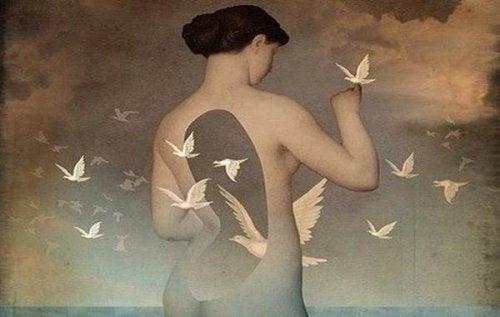 mujer-palomas