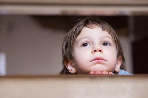 Entendre plaintes et avertissements dans l'enfance : l'anxiété à l'âge adulte