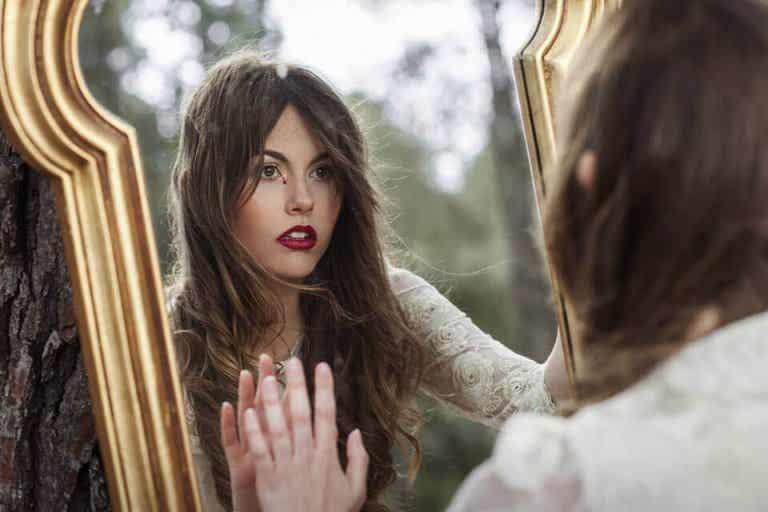 Je me suis assis-e face au miroir, et j'ai parlé avec mon reflet