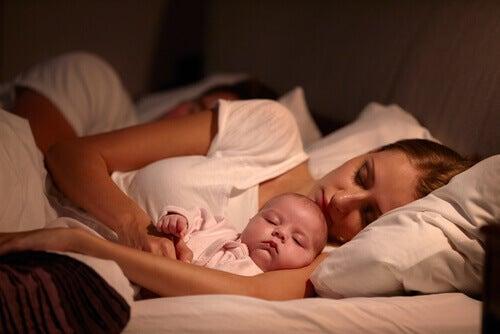 Les enfants doivent-ils ou non dormir avec leurs parents ?
